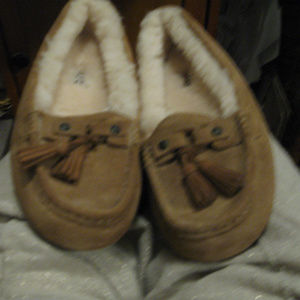 UGG NEW WOMEN TAN SLIPPERS 6.5/7
